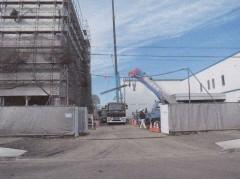 正面入り口 左手危険物倉庫、右手事務所棟